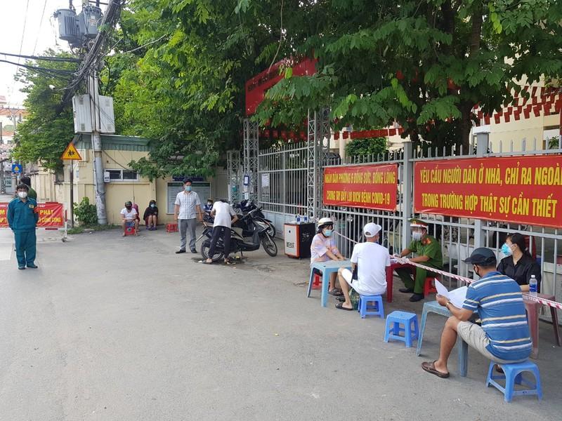 "Giao chi tieu phat dan o TPHCM: ""Chong COVID dung benh thanh tich""?"