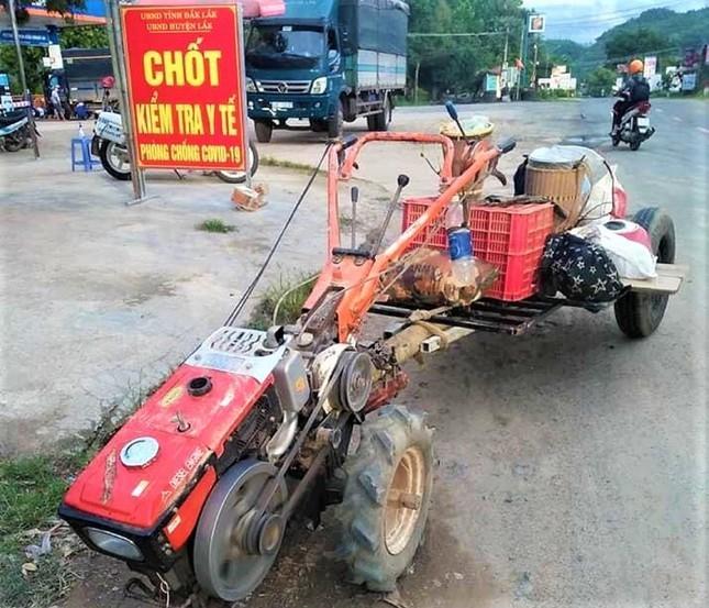 COVID-19: Het luong thuc, ca gia dinh ve que bang xe cay-Hinh-2