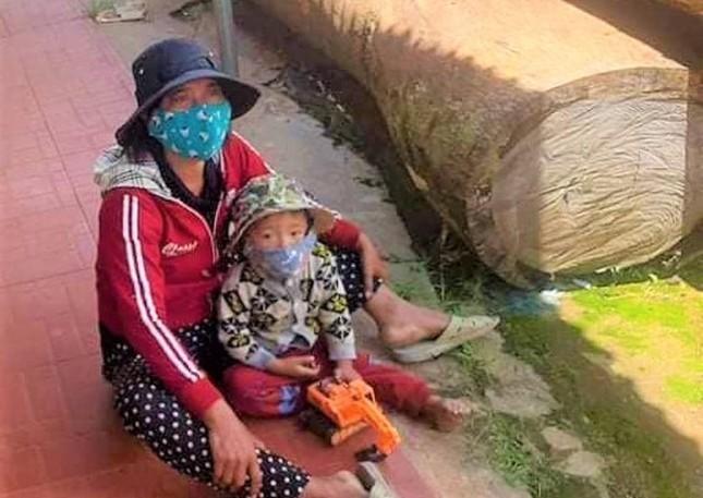 COVID-19: Het luong thuc, ca gia dinh ve que bang xe cay-Hinh-3