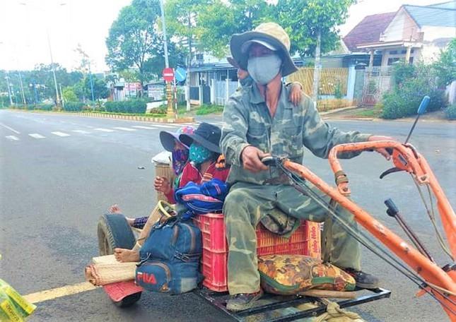 COVID-19: Het luong thuc, ca gia dinh ve que bang xe cay-Hinh-4
