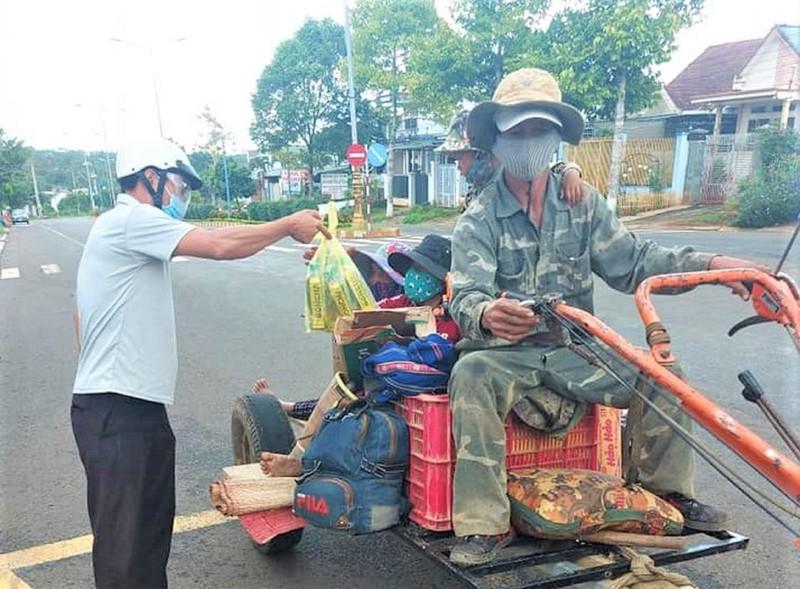 COVID-19: Het luong thuc, ca gia dinh ve que bang xe cay