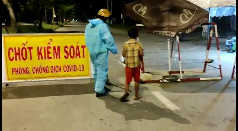 Video: Chien si CSGT nhuong suat an toi cho be trai lang thang tim do an