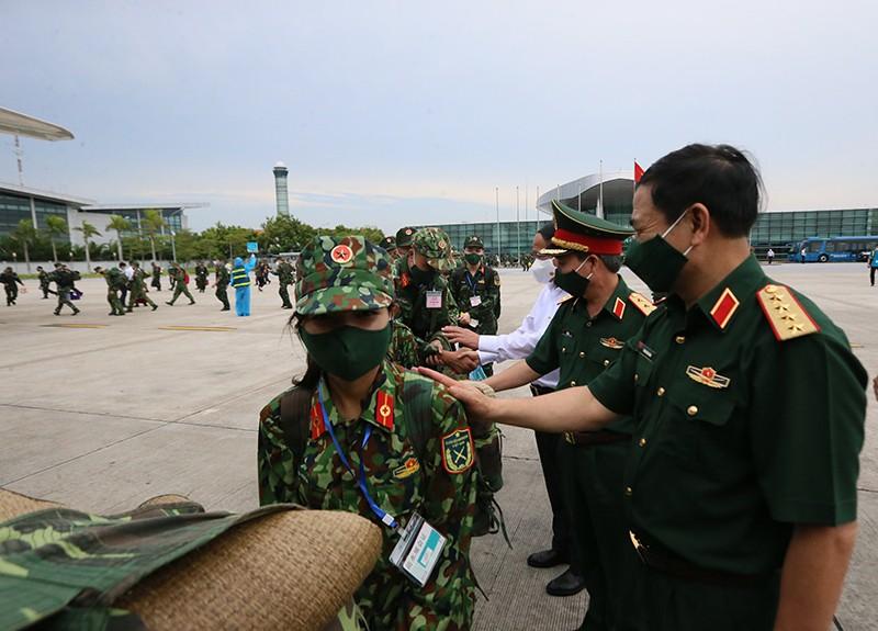 """Tuong Thuoc: """"COVID-19 la mot loai giac, bo doi xung tran la can thiet"""