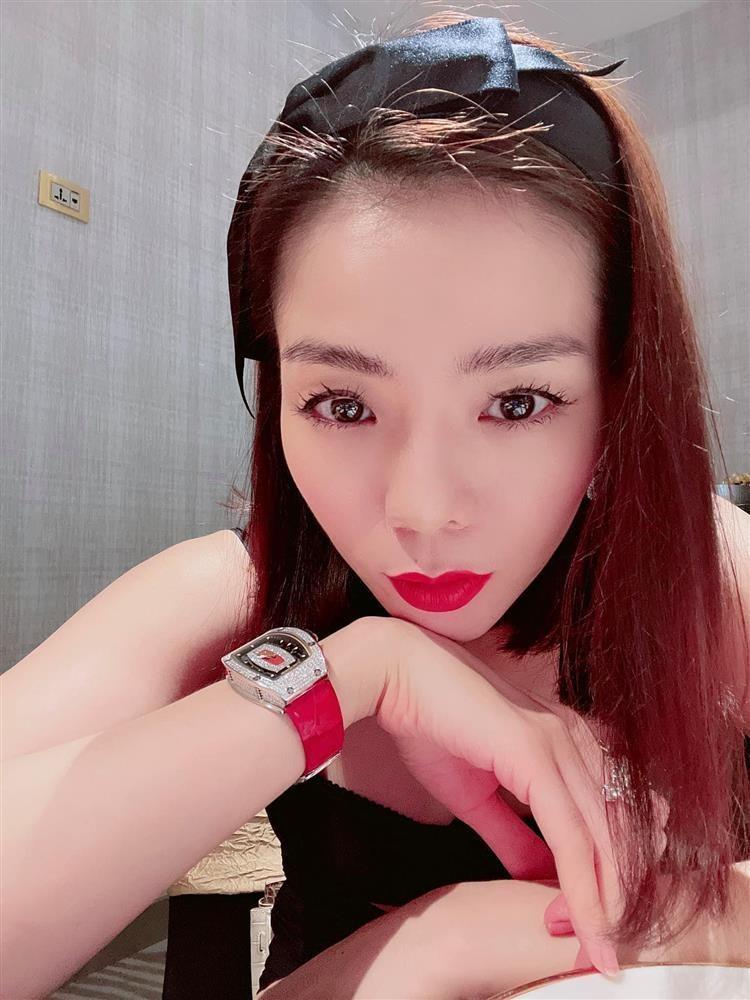 Le Quyen khoe chan dai nhu hoa hau nhung bi xia e che-Hinh-5