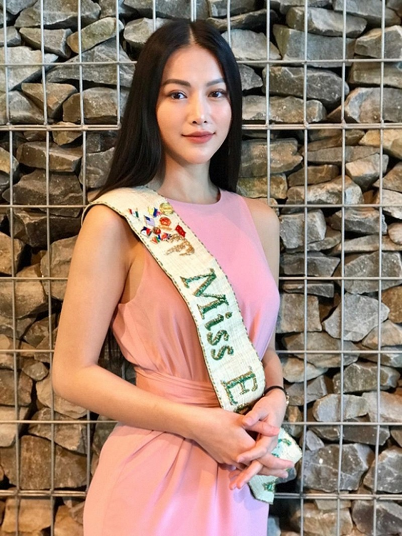 Hoa hau Phuong Khanh duoc in tem buu dien tai Malaysia