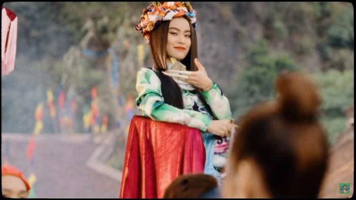 Hoang Thuy Linh ngu y buong bo chuyen qua khu-Hinh-3