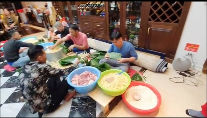 Tuan Hung goi banh chung chuan bi don Tet tai nha rieng