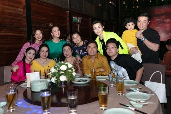 Hoang Thuy Linh om Gil Le cuc tinh trong tiec tat nien-Hinh-2