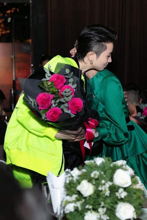 Hoang Thuy Linh om Gil Le cuc tinh trong tiec tat nien