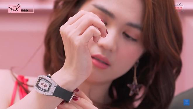 """Sau loat anh """"nong"""" dip Valentine, Ngoc Trinh khoe dong ho 4 ty-Hinh-2"""