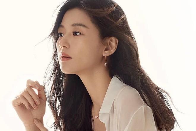 Vua bi noi keo kiet, Jeon Ji Hyun quyen 85.000 USD phong dich Covid-19