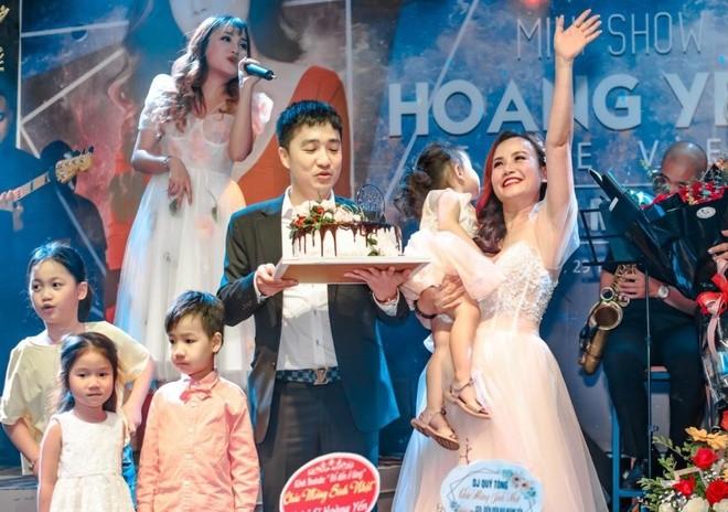 Dien vien Hoang Yen duoc chong thu 4 quy goi tang hoa