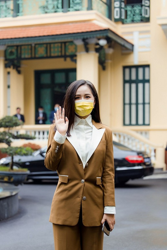 Mai Phuong Thuy trao 20 ty dong chong dai dich Covid-19