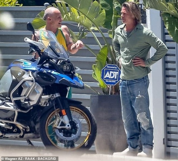 Brad Pitt gia nua voi mai toc dai luot thuot, rau ria xom xoam-Hinh-2