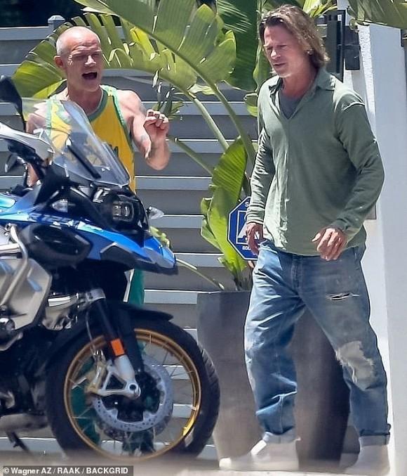 Brad Pitt gia nua voi mai toc dai luot thuot, rau ria xom xoam-Hinh-3