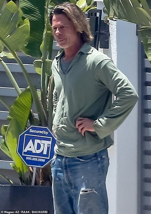 Brad Pitt gia nua voi mai toc dai luot thuot, rau ria xom xoam