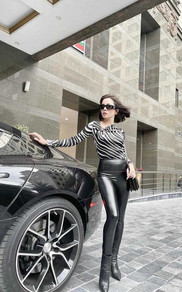 Le Quyen nam tay Lam Bao Chau, check in trong sieu xe 6 ty-Hinh-2