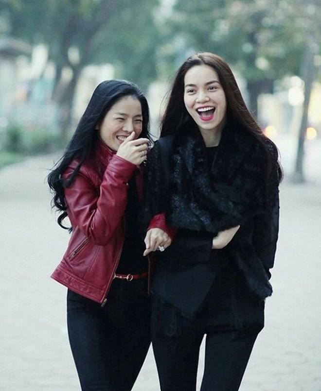 Le Quyen nam tay Lam Bao Chau, check in trong sieu xe 6 ty-Hinh-4