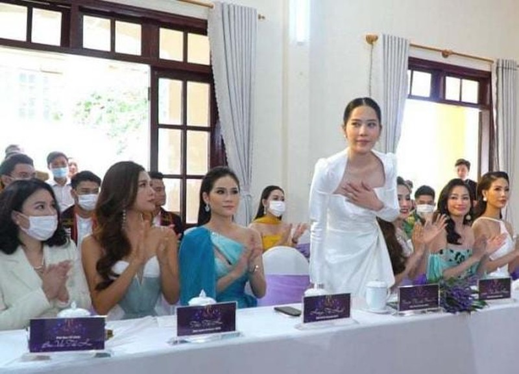 Nam Em can nguoi diu tren tham do hop bao Miss Earth Vietnam-Hinh-2