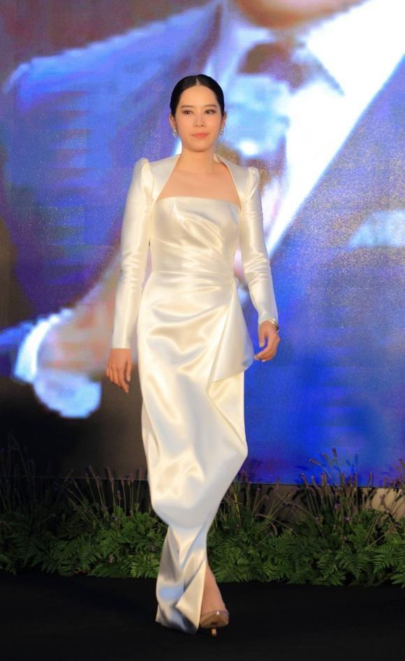Nam Em can nguoi diu tren tham do hop bao Miss Earth Vietnam-Hinh-3