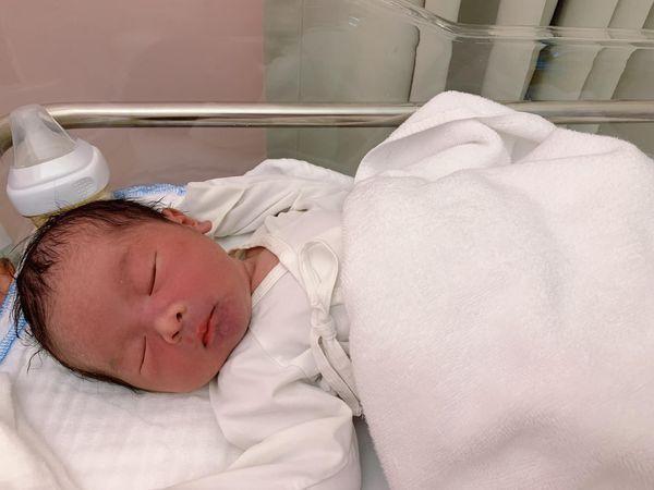 Que Van sinh con trai thu 3 o tuoi 39, em be nang 3,7kg-Hinh-2