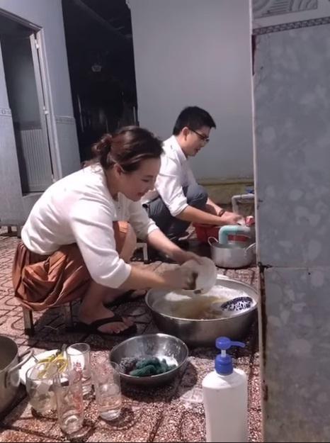 Vo dai gia cua Quy Binh rua bat nhoay nhoay khi ve nha chong-Hinh-2