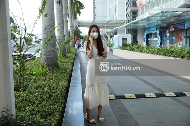 "Outfit di sao ke: Cong Vinh ""keo khoa quan"", Thuy Tien xinh het nac-Hinh-2"