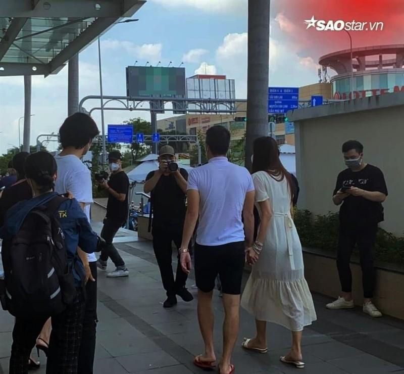"Outfit di sao ke: Cong Vinh ""keo khoa quan"", Thuy Tien xinh het nac-Hinh-4"
