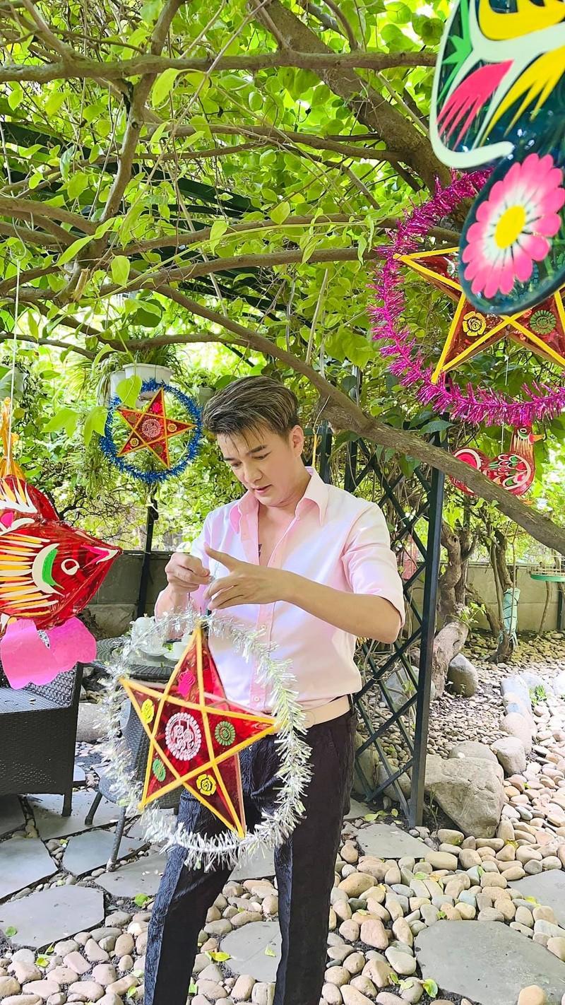 Dam Vinh Hung trang tri vuon nha binh yen don Trung thu-Hinh-2