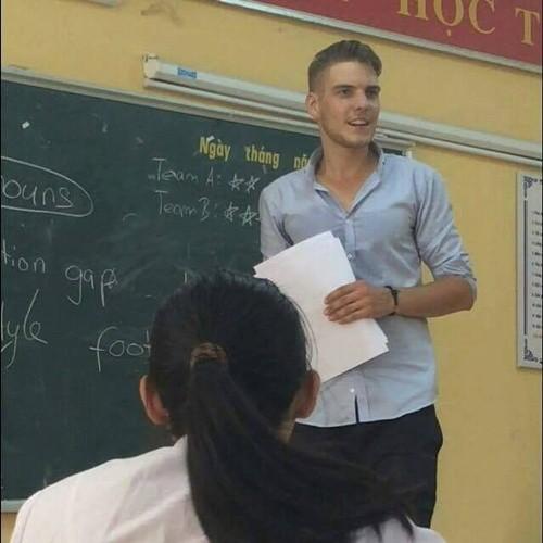Hoc sinh phat sot voi nhung thay giao Tay dien trai day tai VN-Hinh-3
