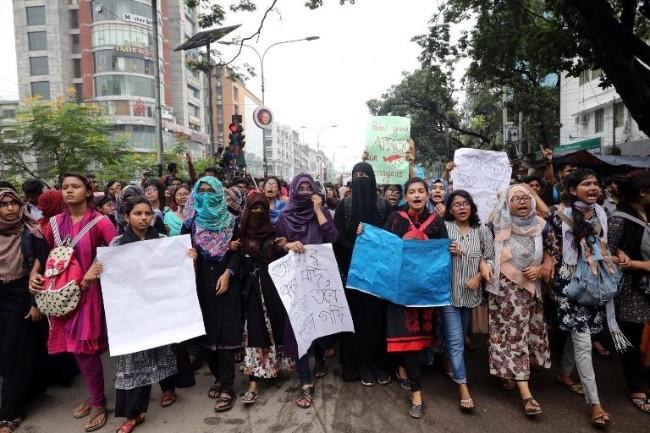 Doan xe Dai su My tai Bangladesh bi tan cong-Hinh-2