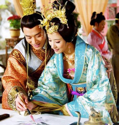 Moi tinh dien loan giua Hoang de va vu nuoi gia chan dong-Hinh-2
