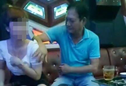 Lam ro vu Pho bi thu huyen uy so nguc nu nhan vien quan karaoke