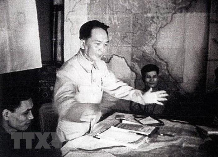 Bac Ho va Dai tuong Vo Nguyen Giap trong Chien dich Dien Bien Phu-Hinh-11