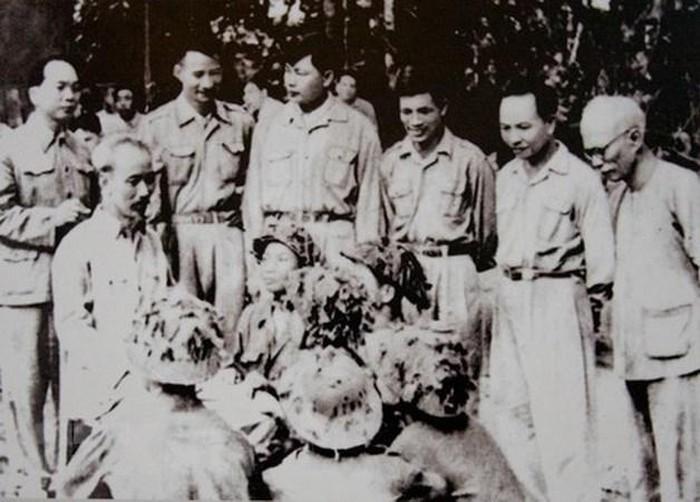 Bac Ho va Dai tuong Vo Nguyen Giap trong Chien dich Dien Bien Phu-Hinh-14