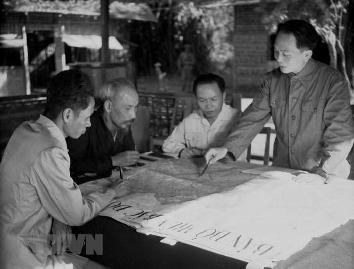 Bac Ho va Dai tuong Vo Nguyen Giap trong Chien dich Dien Bien Phu-Hinh-2