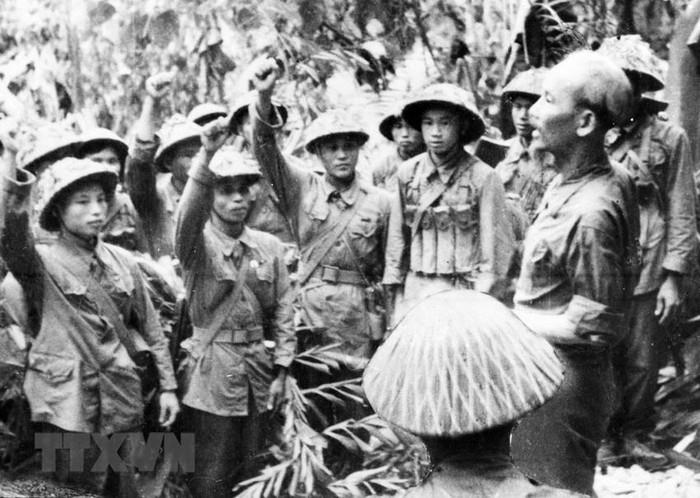 Bac Ho va Dai tuong Vo Nguyen Giap trong Chien dich Dien Bien Phu-Hinh-9