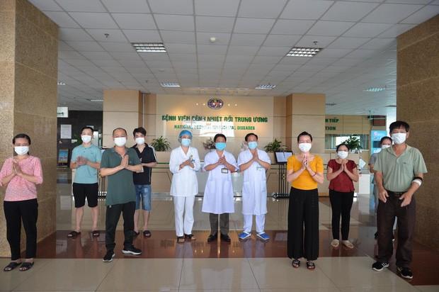 8 benh nhan COVID-19 khoi benh, gom bac si BV Nhiet doi Trung uong