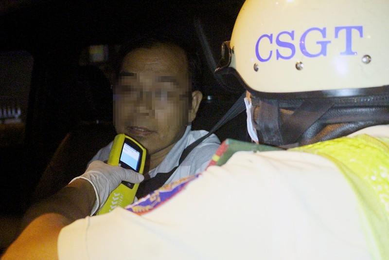 "Thanh nien co con tu lao vao chot CSGT noi: ""Em chay tu ton"