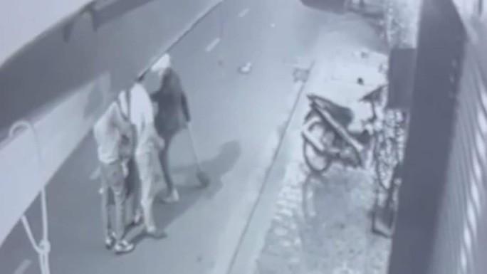Video: Thanh nien dung xeng danh phu nu, tre sau va cham giao thong