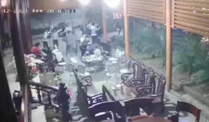 Video: Ca chuc thanh nien cam hung khi xong vao nha chem 2 nguoi bi thuong