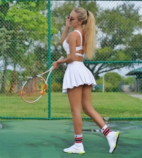 """""""Nhuc mat"""" thoi trang thieu vai cua cac my nhan tren san tennis"""