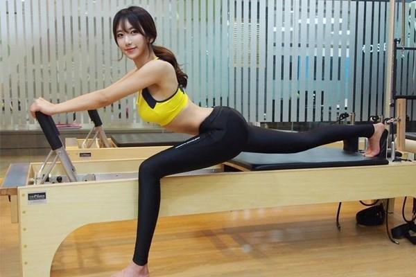 """Cô giáo thể hình Hàn Quốc chia sẻ bí kíp giữ dáng """"bốc lửa"""""""