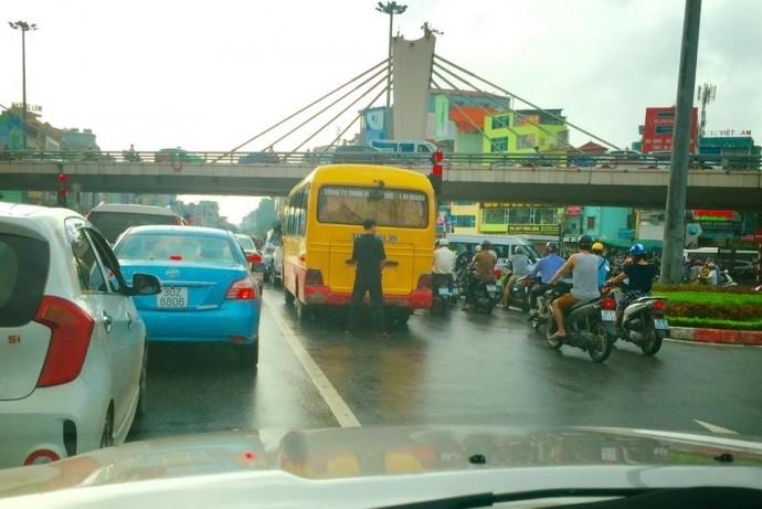 Xon xao tai xe xe khach tieu bay giua duong Ha Noi