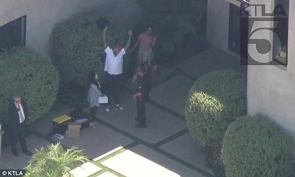 Rapper Chris Brown bi bat vi di sung vao dau hoa hau-Hinh-2