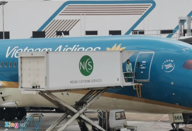 Lai them may bay Vietnam Airlines rach lop o san bay Noi Bai