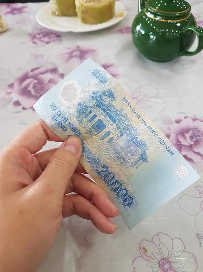 Bi hai chuyen khach Tay du lich Viet Nam dip Tet: Go cua nha dan xin an-Hinh-3