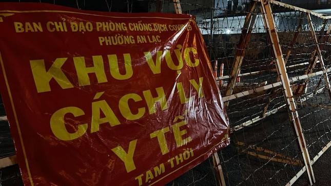 Hinh anh phong toa 3 khu pho voi gan 56.000 nguoi o TPHCM-Hinh-2