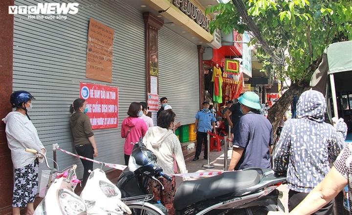Can Ram thang 8: Noi xep hang cho mua, noi khong bong khach mua banh-Hinh-18
