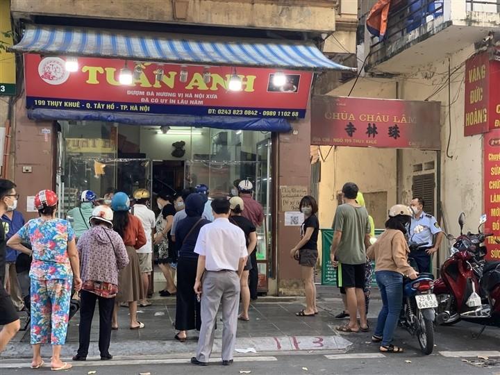 Can Ram thang 8: Noi xep hang cho mua, noi khong bong khach mua banh-Hinh-2